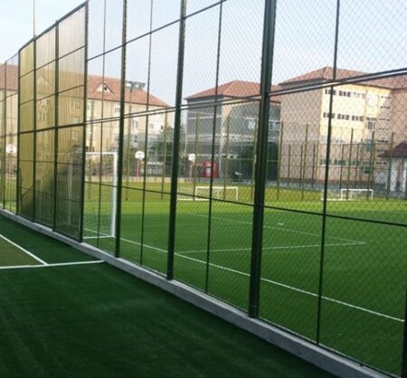 Imprejmuire teren sport cu plasa de protectie
